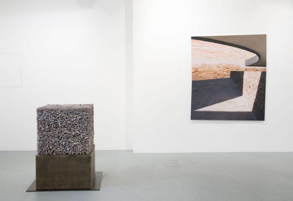 'Resonanz', links daneben eine Arbeit von Norbert Klaus